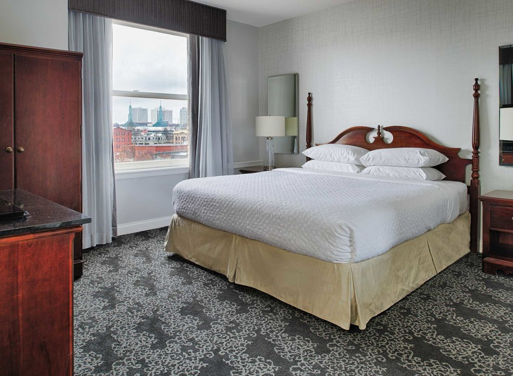 PDXPSES_rooms_full_kingbedcityview.jpg