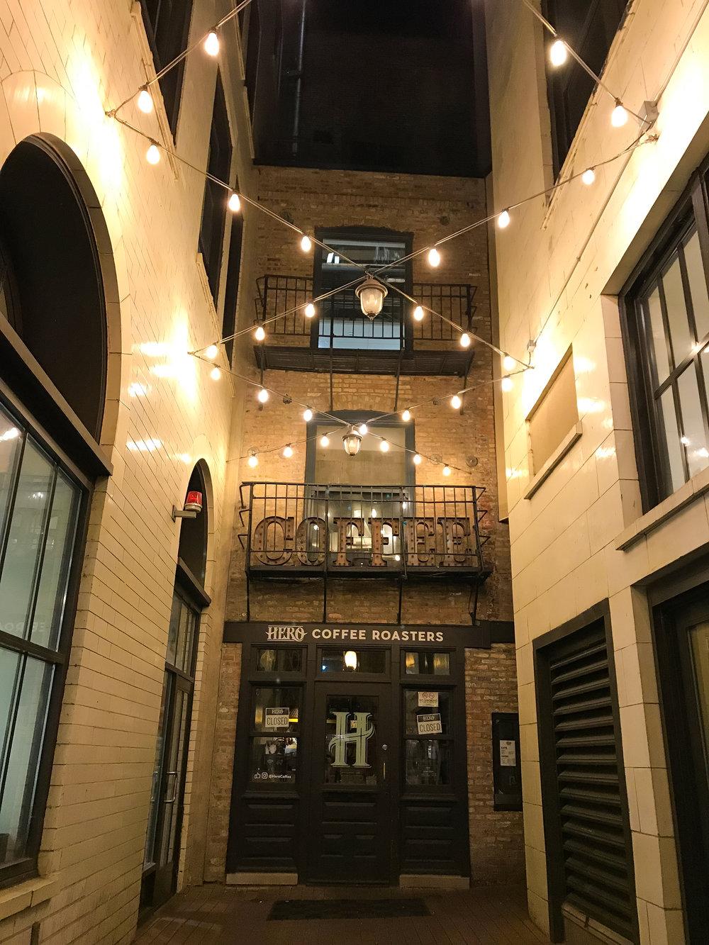 Hero Coffee Roasters y sus luces por la noche 🤩🤩 - El café cierra a las 6pm, PERO vale la pena -y el tiempo- pasar a conocerlo. Sus luces tienen una magia muy linda…