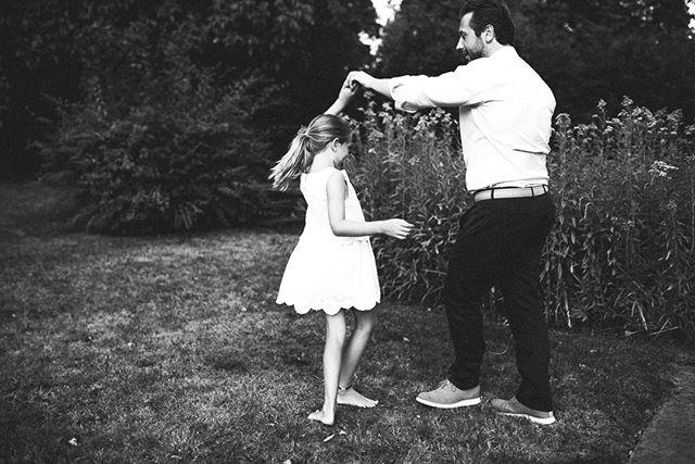 Dancing.... I hope that one day this girl will look at this image and remember that night when she danced with her dad, ran with her siblings and cuddled with her mum. . . . . #stuttgartfotograf #stuttgartmitkind #elternzeitungluftballon #stuttgartkids #killesberg #instamamastuttgart #mamablog  #elternzeit #kleinesmädchengrosseliebe #bindungsorientiert #lebenmitkindern #mamaleben #mamaalltag #meinmädchen #familienalltag #klickkind #alltagmitkind #geborgenwachsen #mummyblogger_de #elternmagazin #kinderfoto #familienfotos #ig_motherhood #motherhood #thisisme #beingyou #autheticallytold #memoirsofmotherhood #mynameismama #inbeautyandchaos