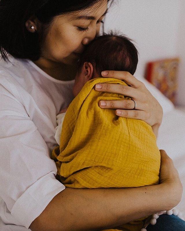 Frühling: Zeit des Wachsens und der Veränderungen... Gewollte und Ungewollte. Herbeigesehnte und Gemiedene.... welche Mama kennt das Gefühl nicht? Der Moment in dem das Kind geboren wird... die ersten Schritte... der Tag der Einschulung... alles Momente unendlicher Freude und gleichzeitig des Abschieds- und doch, die Freude überwiegt! Und wenn es einmal nicht so ist (und du kennst sicher auch diese Momente) dann haben wir die Erinnerungen an die Freude in unseren Herzen zu verwahrt, damit wir sie in unseren Träumen herausnehmen und betrachten können, um uns daran zu erinnern wie viel Wunderschönes noch kommen wird, wenn wir nur vorwärts gehen... . . . #kinderfotografin #familienfotografin  #kinderfotografie #familienfotoshooting  #lebenmitkind  #lebenalsmama  #motherhoodsimplefied #familienreportage #klickkind #alltagmitkind #geborgenwachsen #spaziergang #mummyblogger_de #elternmagazin #kinderfoto #familienfotos #stuttgartfotograf #stuttgartmitkind #elternzeitungluftballon #stuttgartkids #elternleben #instamamastuttgart #mamablog