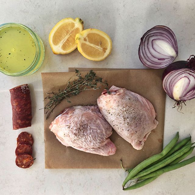 This weeks TASTY TUESDAY: ❤️ • High protein low carb lemon & thyme chicken from @katies_kitchenn 👌 • Ingredients: 👍 ➖Chicken thighs📌 ➖60g chorizo, finely chopped 📌 ➖1 red onion, cut into wedges 📌 ➖1 lemon, quartered 📌 ➖3-4 sprigs fresh thyme 📌 ➖ 100ml chicken stock 📌 ➖ Greens to serve with 📌 💪🏽 • Method📌 1⃣preheat oven to 200c. Heat 1tbsp oil in a large frying pan, place thighs skin side down and fry for 4-5mins until browned. 👌 2⃣place chicken (skin side up) into an oven proof dish and arrange the onion + lemon wedges between the thighs. Pour the chicken stock over and place in the centre of the oven for 10mins. 👌 3⃣chuck the chorizo over the top of the chicken and place back in the oven for 20minutes. Place the thyme sprigs around the chicken in the last 10minutes.👌 4⃣Steam you're favourite greens and serve immediately👌 • ▫️ ▫️ ▫️ ▫️ ▫️ #SilvermereFit #Cobham #Whey #Fitness #Results #Training #Strength #Esher #Surrey #Silvermere #Protein #Fit #Cardio #Abs #Progress #Sweat #Lift #Squat #Chelsea #Health #Wellness #Nutrition #Fitfam #Gyms #Technique