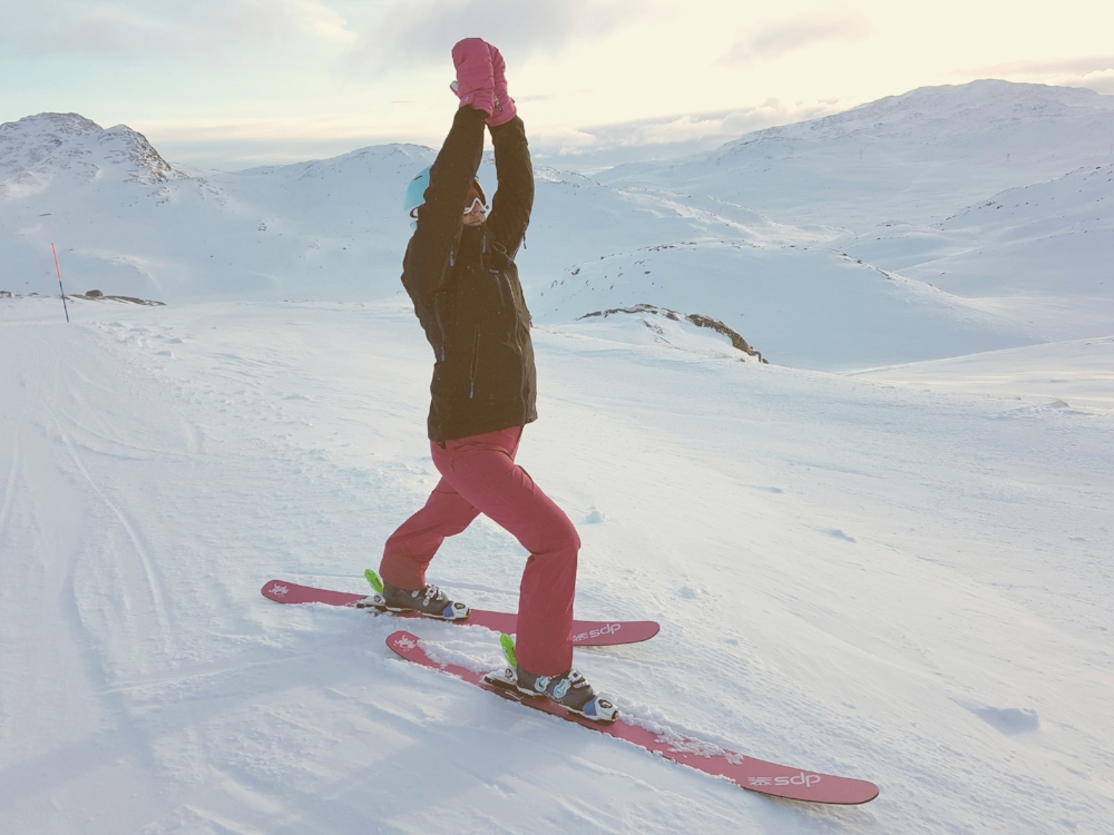 En liten yogastrekk i en lang dag i bakken er bra. Her på toppen av favorittheisen Tinden i Hemsedal.