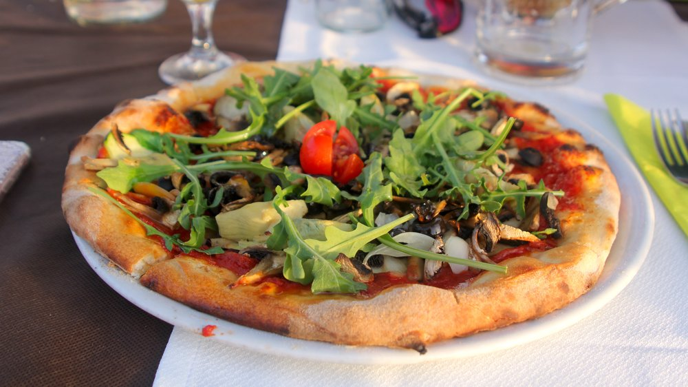 my vegetariana pizza with tomatoes, aubergines, mushrooms, olives, artichokes and rocket leaves (minus the mozzarella)