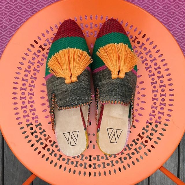 Babouche Slippers for Fall 🧡🍂🧡 As we stand for Slow Fashion we love to support craftsmanship! Therefore every pair is handmade for a fair price by artisans in Morocco. Working exclusively with vintage rugs - a method we call upcycling! Great for the environment as we use what already exists! The tassels are also handmade by the amazing ladies working at the Al Kawtar women's collective 🧡 Check out our Babouche Slippers and their tale online!