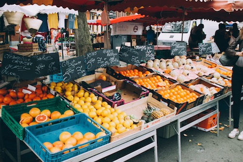 The market has tons of fresh fruit, veggies, eggs, flowers, cheese, bread, and lots of yummies from other cultures: paella, Vietnamese nems, Turkish crepes, pizzas, and roast chickens. There are also people selling clothes, jewelry, baskets, and juice.