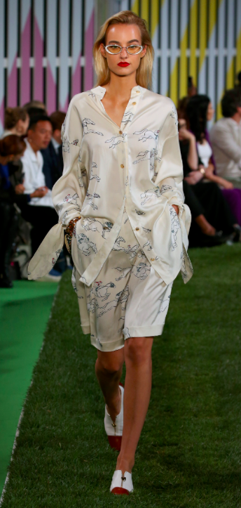 Escada SS19 . Silk pyjamas of life anyone? I'm so here for the long accents on the sleeves. Paired with some jeans, cute flats and we ouchea.