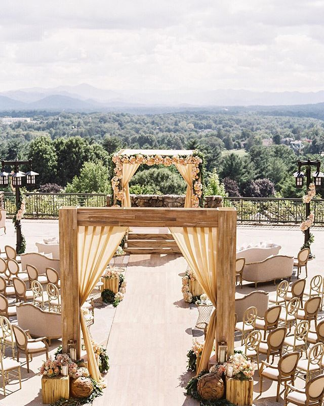 Blue Ridge mountain views and a stunning ceremony setup at @omnigrovepark 🙌🏻 with @eventeffects