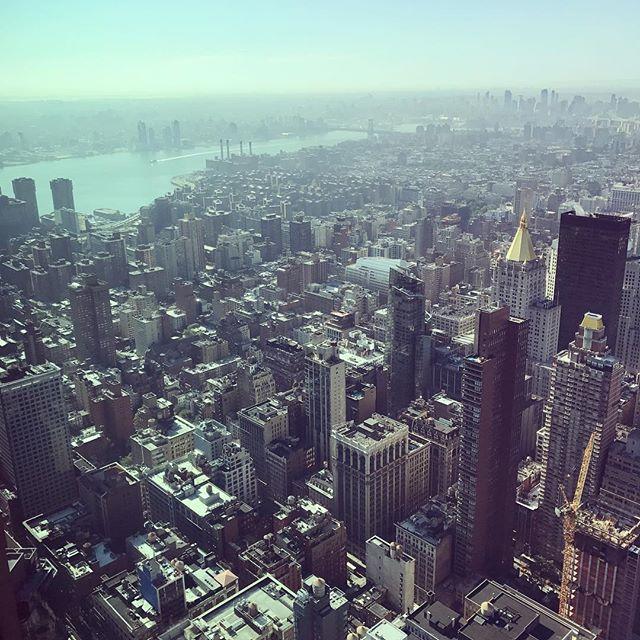 Morning views #NYC 🍎 #empirestate #newyork #worldtravel #traveller #moonapparel #moon #goingplacestogether #empirestatebuilding