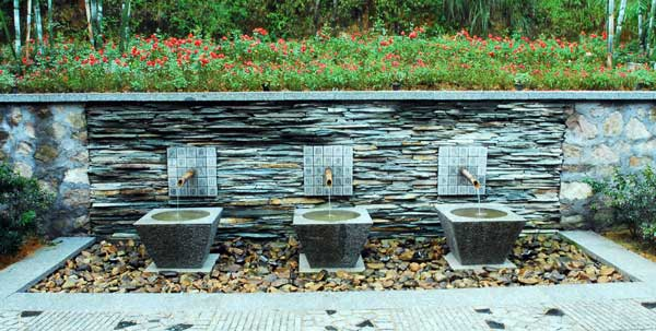 Fountain at the entrance of Crosswaters Ecolodge.