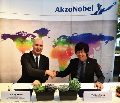 The partnership between AkzoNobel and WorldGBC aims to boost knowledge and relevance of green building practices and concepts to the public and industries of Asia Pacific. Left - Jeremy Rowe of AkzoNobel; Right - Tai Lee Siang of WorldGBC.