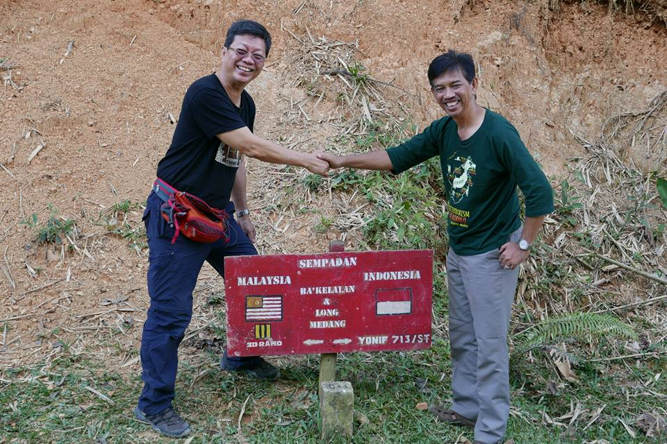 Through creative collaboration, inter-border issues between Malaysia and Indonesia can be ironed out. Here, AEN board members Albert Teo (left) embarks on the Heart of Borneo ecotourism project with Ary Suhandi (right) of Indonesia at Ba'Kelalan.