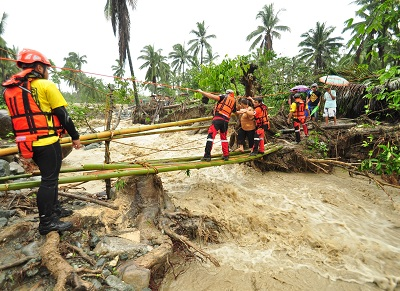Rescuing flood victims from a rural village in Philippines. Courtesy IDS-Comval.