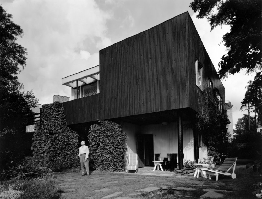 Alvar_Aalto_in_front_of_house_1930s.jpg