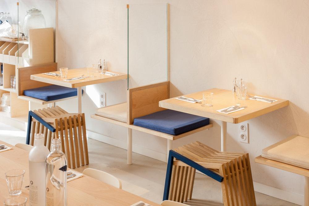 Création et fabrication sur-mesure de tables et d'assises de restaurant pour Loyal café