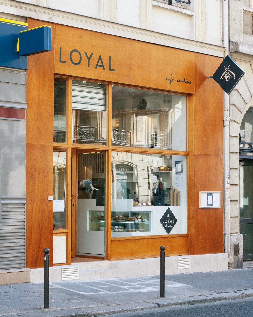 Agencement et mobilier sur-mesure pour le café cantine Loyal Café rue d'Amsterdam à Paris