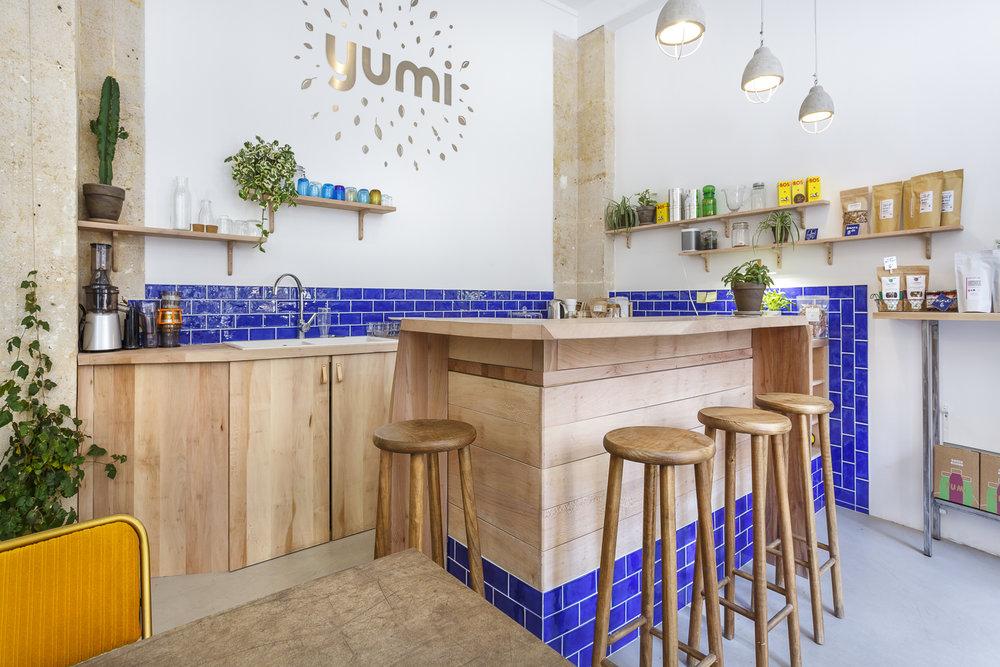 Création du bar sur-mesure en bois massif pour le café Yumi