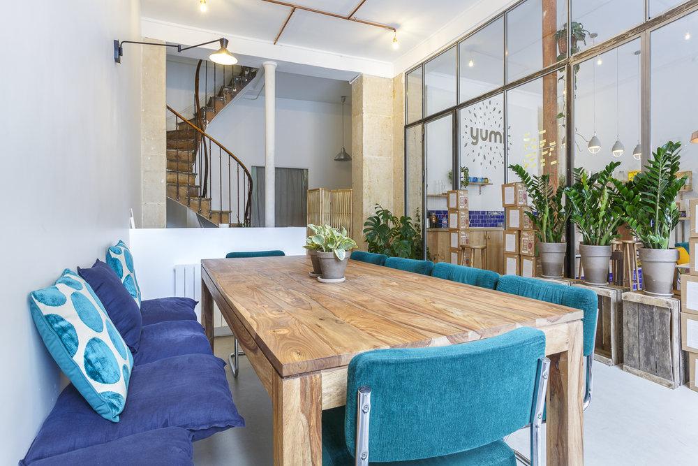 Banquette et table en bois massif boutique Yumi