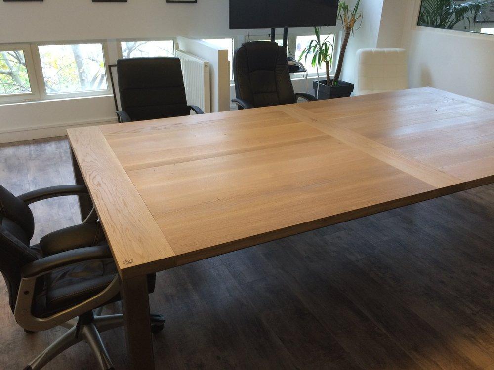 Table de réunion sur-mesure en chêne massif et métal pour Lalalab