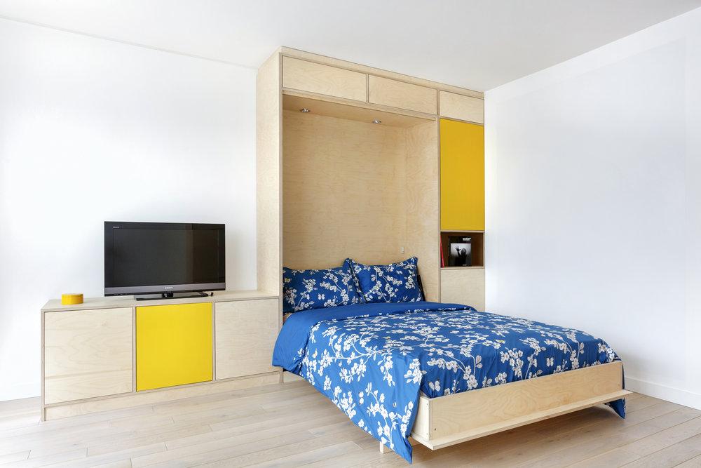 Photo lit escamotable sur-mesure en contreplaqué bouleau pour un studio parisien