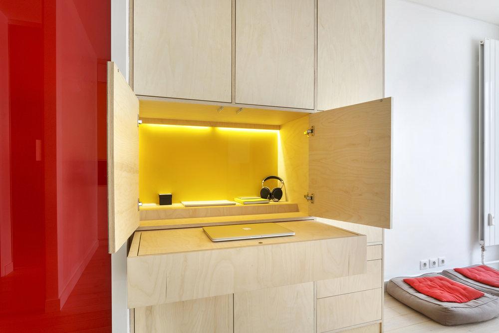 Photo bureau encastré sur-mesure en contreplaqué bouleau pour un studio parisien
