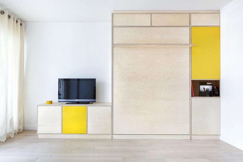 Photo meuble télé et lit escamotable sur-mesure en contreplaqué bouleau pour un studio parisien