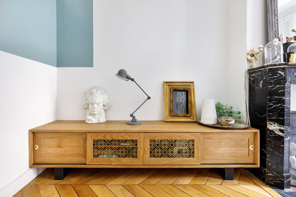 Enfilade sur-mesure en chêne massif, éléments décoratifs en laiton et piétement en métal