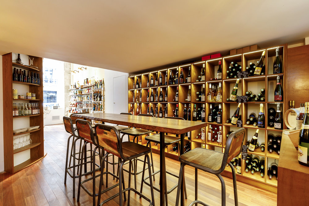 Agencement épicerie fine Paris espace de dégustation et vinothèque