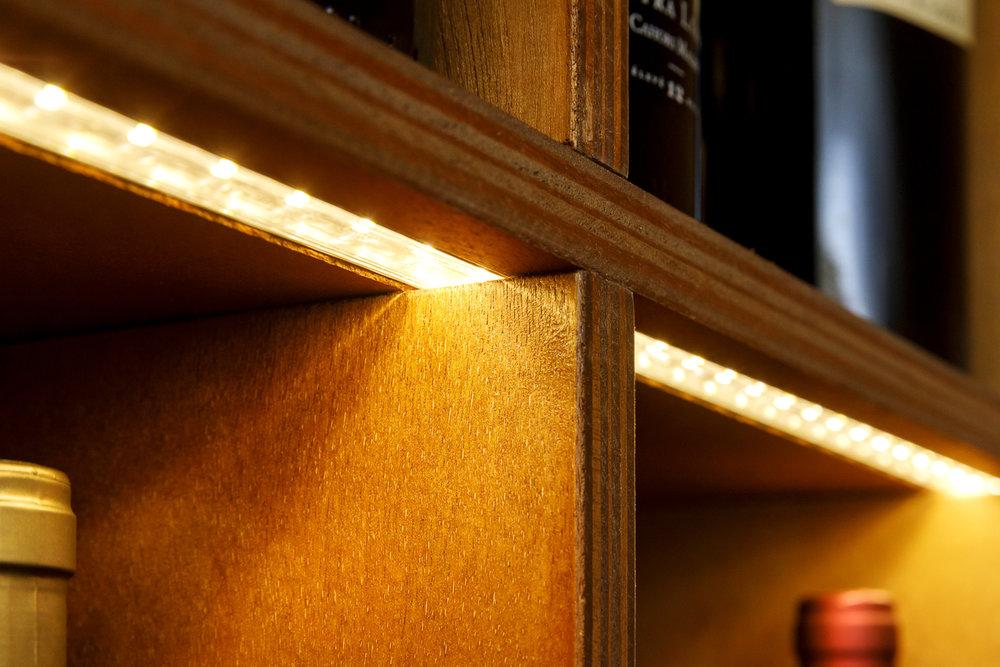 Vinothèque avec ruban LED agencement boutique Paris