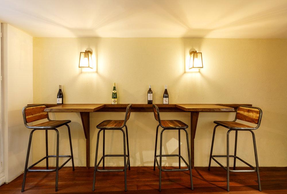 Tables et chaises hautes espace de dégustation boutique Paris