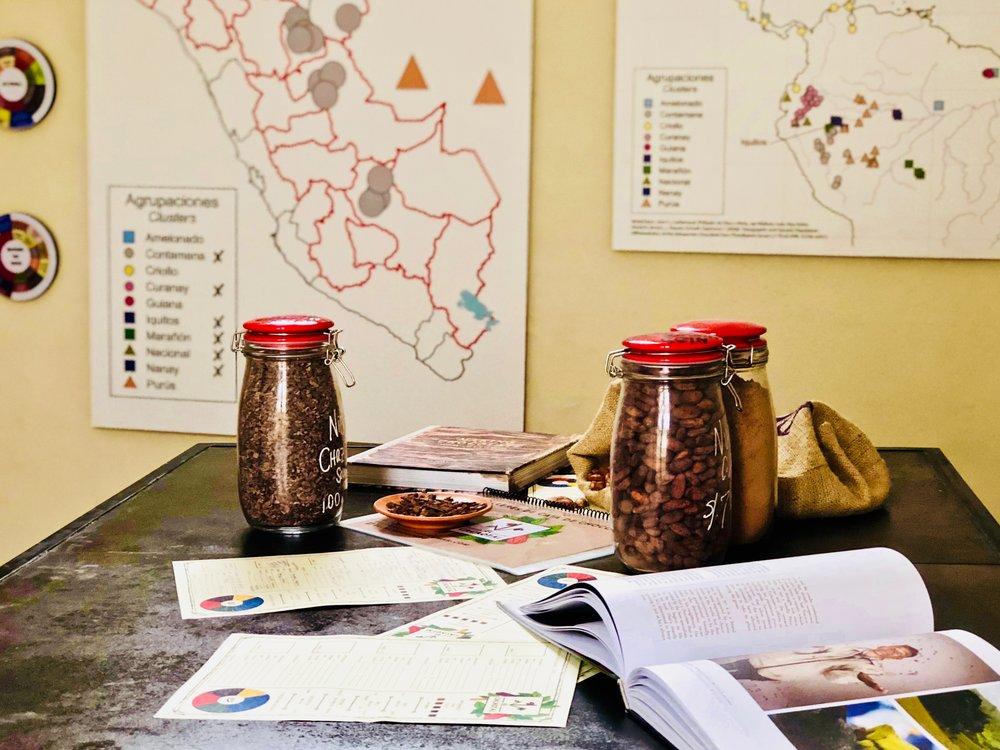 Talleres de chocolate - Cuentos de los productores, la historia del cacao en el Perú y la gama de perfiles sensoriales del chocolate se unen para envolverles en el mundo del chocolate peruano.Se vienen como amantes del chocolate.Se van como discípulos del chocolate.