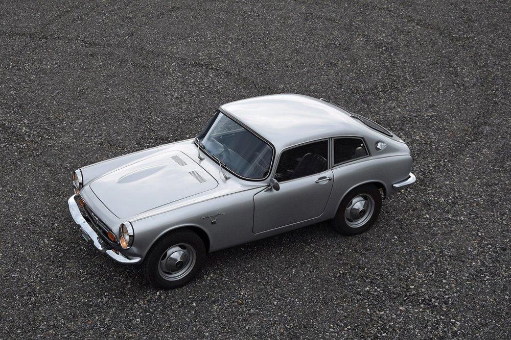 Honda S800 - En 1966, Honda créa la surprise sur 4 roues avec sa S800. Histoire d'une icônedu design automobile que la presse de l'époque surnomma « la petite Ferrari ».