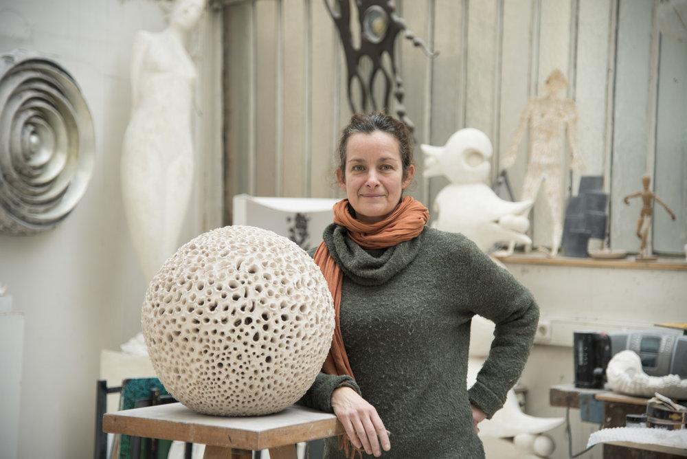 Manuela Zervudachi - Avec Laniakea, la sculpteur Manuela Zervudachi nous téléportedans le «paradis incommensurable » à travers une cinquantaine de pièces,pour la plupart inédites.