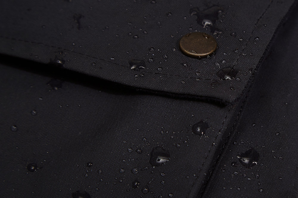 A seam sealed drop liner sits behind the waxed canvas making the Eversholt Jacket fully waterproof.