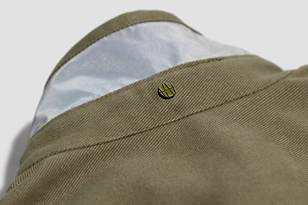 A reflective fabric under collar improves visibility on the road.