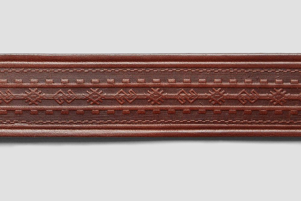 The back section of this belt has been embossed with a motif inspired by time spent following dirt tracks through the tropics.