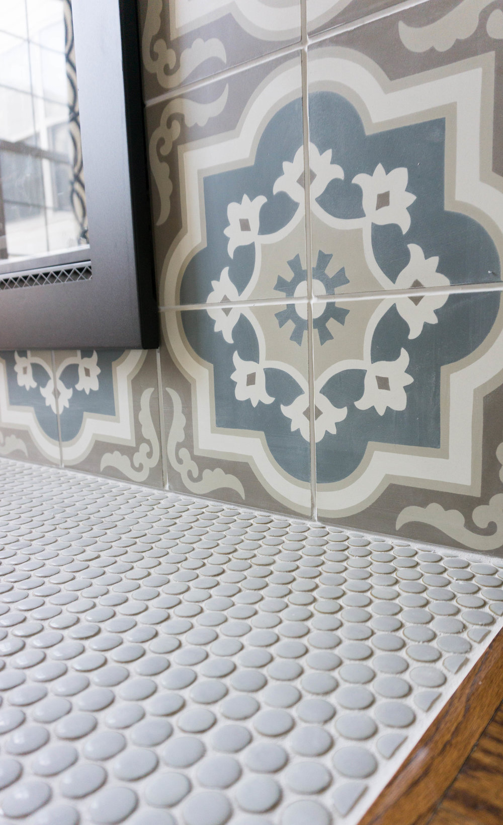 How pretty is this penny tile and patterned ceramic tile combo?
