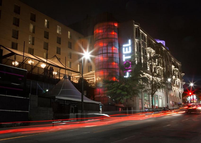 L'HOTEL10 est situé au coin du boulevard Saint-Laurent et de la rue Sherbrooke
