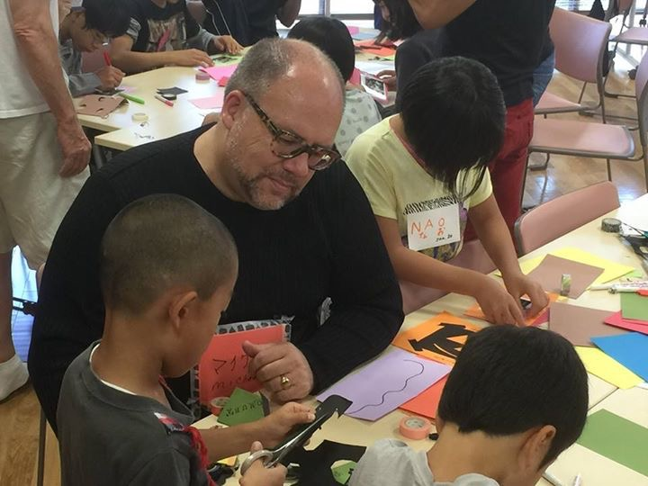 Founder Michael Clemons working with children in Nagoya    名古屋:創設者  Michael Clemonsと子供達