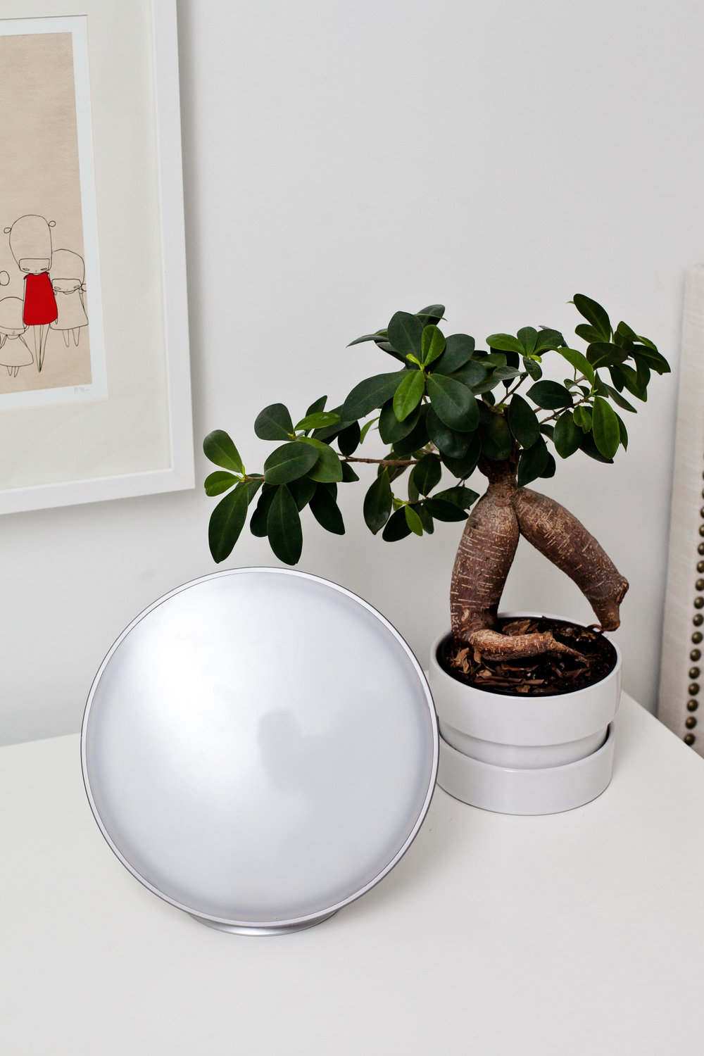LAMPU -  Minimalist design with a classic, simple sphere and a hidden supporting base.