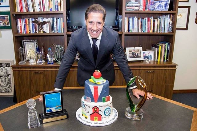 Thank you @vipsalestnm for thinking of us when in need of this unique cake in celebration of superintendent of M-DCPS, Alberto Carvalho prestigious award as 2018 Urban Superintendent of the her award. It was a pleasure working with you and being a part of this amazing celebration.