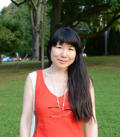"""张泠 - 紐約州立大學帕切斯分校電影系助理教授。她自芝加哥大學電影與媒體研究系獲得博士學位,研究電影聲音理論、華語電影史與戲曲、電影與旅行/流動性、電影中的廢墟、電影與都市化等議題。她也曾拍攝過紀錄片,作為影評人出版過中文電影評論集(2011)。她曾在《電影季刊》、《華語電影學刊》、《比較文學與文化》、《紐西蘭亞洲研究學刊》、《亞洲電影》、《電影藝術》(中國大陸)、《電影欣賞》(台灣)等中、英文期刊及論文集中發表有關1930年代中國電影與理論、當代中國獨立紀錄片、台灣新電影、社會主義道路片及中國戲曲電影等方面的論文。她也曾擔任""""華盛頓華語電影節""""的評委。"""