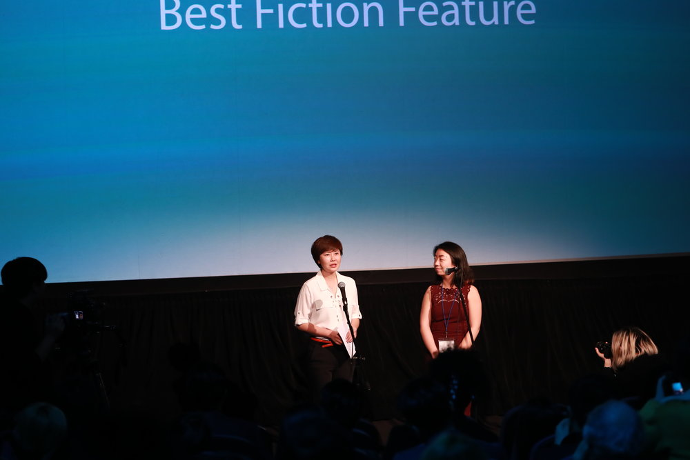 Jury Xue Xiaolu presents the Best Fiction Feature Award