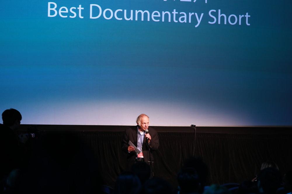 终审评委Stanley Rosen为最佳纪录短片颁奖