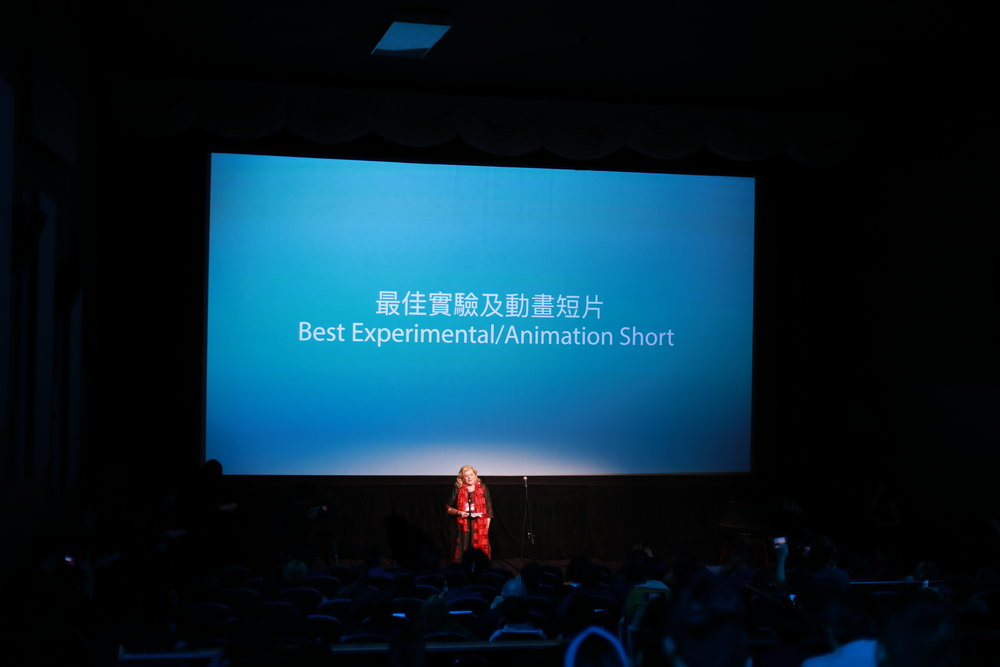 特别嘉宾Gabrielle Kelly为最佳实验和动画短片颁奖
