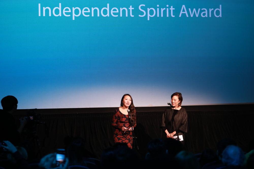 评委会顾问团主席杨燕子女士为《自画像》颁发独立精神奖(右)《自画像》编剧魏瑛娟(左)
