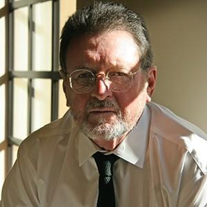 大卫·詹姆斯 David James   南加州电影学院教授  大卫·詹姆斯(David James)的研究主要集中前卫电影,洛杉矶文化,东亚电影和音乐,以及工人阶级文化。詹姆斯教授近期发表的著作包括:《最典型的前卫:洛杉矶小众影院的历史和地理》(The Most Typical Avant-Garde: History and Geography of Minor Cinemas in Los Angeles), 《光学滑稽:肯·雅各布的电影与交替投射:洛杉矶的实验电影,1945-1980》(合著)(Optic Antics: The Cinema of Ken Jacobs and Alternative Projections: Experimental Film in Los Angeles, 1945-1980)。其作品《摇滚电影:电影与流行音乐共舞》(Rock 'N' Film: Cinema's Dance With Popular Music)于2016年由牛津大学出版社发表。