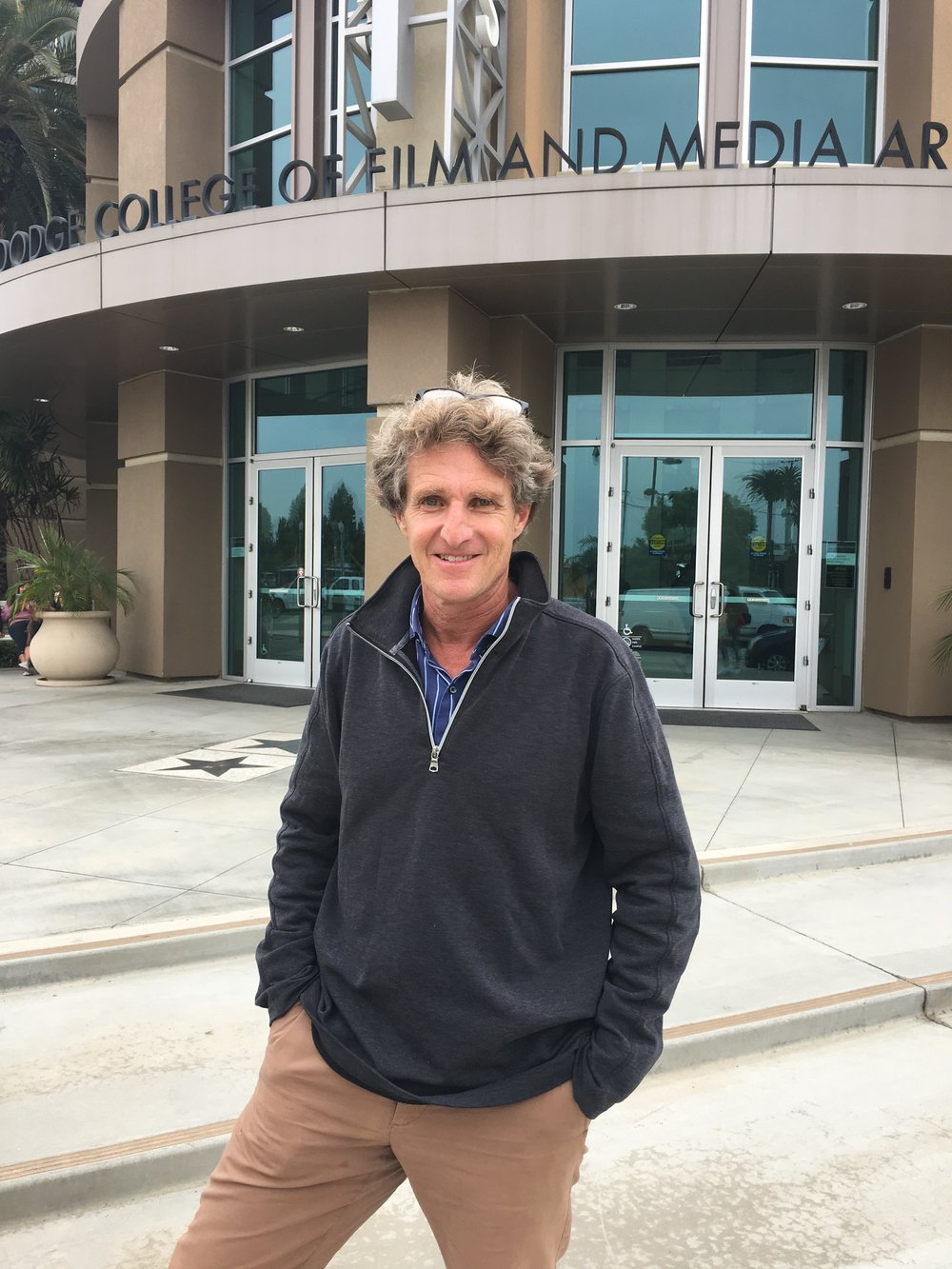 """杰夫·斯威默 (Jeff Swimmer)   杰夫·斯威默 (Jeff Swimmer)是查普曼大学道奇电影与媒体艺术学院的纪录片教授,于本科和研究生学院教授纪录片制作。他指导了许多查普曼著名的国际纪录片项目,其中包括《目的地:非洲》和《锡克伦》。为了制作鼓舞人心的、关于开拓者的故事,Swimmer教授曾带着学生们一起前往发展中国家考察拍摄。  他为BBC,国家地理,PBS,Discovery,CNN,A&E,Arte(法国/德国)等制作、导演和撰写电视纪录片。曾是杜邦纪录片奖的获奖者。他的学生们的电影曾入选戛纳电影节,特柳赖德奖等,也曾在艾美奖和学生学院奖的决赛中取得成绩。Swimmer教授于2015年出版的教科书""""纪录片案例研究:有史以来最伟大的(真实)故事的幕后故事""""被广泛用于美国的纪录片制作课程。  目前Swimmer与他的妻子Gayle Gilman和四个孩子住在加利福尼亚州的圣莫尼卡。他的妻子是短片数字内容制作公司Ripple Entertainment的首席执行官。"""