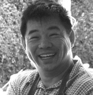 郑林华 (英文名 Lin Zheng),1982 年毕业于广州美术学院油画系,获学士学位。毕业后,在广东省汕头文联从事绘画与创作,同时兼职于汕头大学艺术系。曾任广东省汕头市文联副秘书长,广东省汕头青年美术家协会主席,广东省汕头市油画协会副主席,广东省连环画协会常务理事,广东省美术协会会员。  1987年移居美国后,郑林华继续从事绘画及艺术创作。其作品包括人物,风景和静物,他与不少画廊有着良好的合作关系,被世界各地的私人,画廊,学校,团体及博物馆购买及收藏的作品超过上百件。郑林华以艺术总监,视觉色彩原创艺术家的身份,亲自参与过二十多部美国好莱坞,纽约,日本,韩国,台湾及香港动漫电影和电视剧的创作与制作。他曾荣获美国艾美奖及两次艾美提名奖。  郑林华12岁开始学画,启蒙于著名画家曾松龄和杜应强老师。对绘画, 他总是充满激情与追求。 多年来, 他一直保持每周几次的人物及风景的写生。在油画创作上,他尚长于捕捉色彩、光线、意境及气氛。如今,他正以扎实的基本功,努力创造更多更好的作品。他与妻子目前居住在美国南加州。