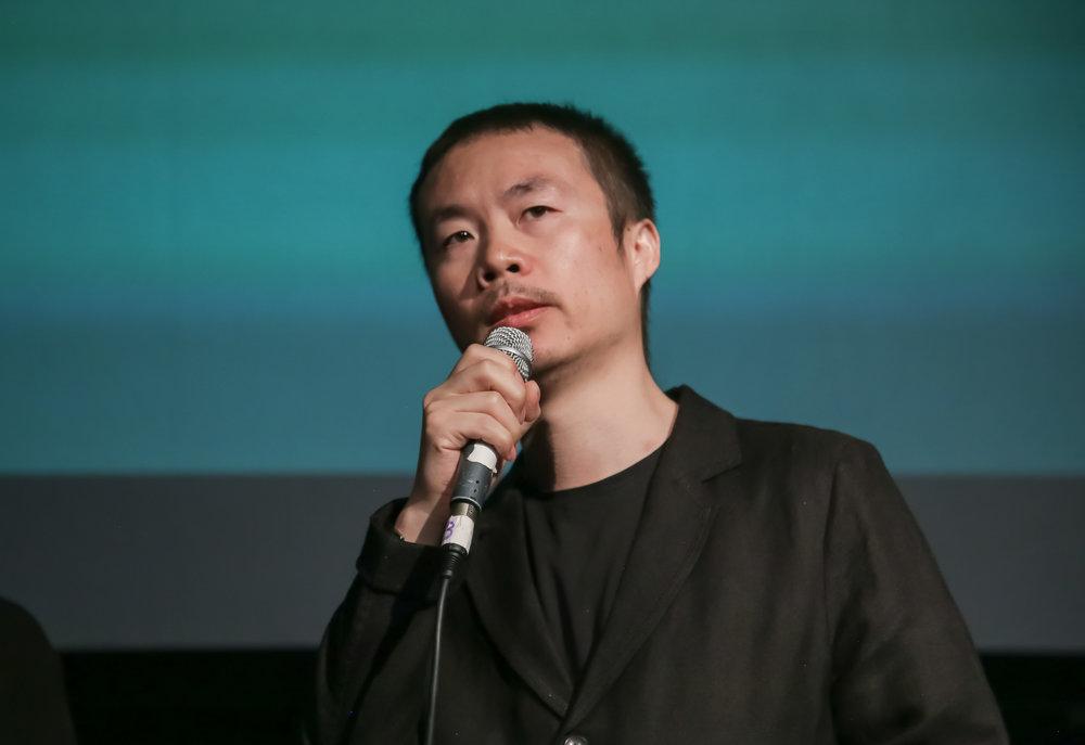 评委会成员李睿珺向观众讲解他的选片过程。