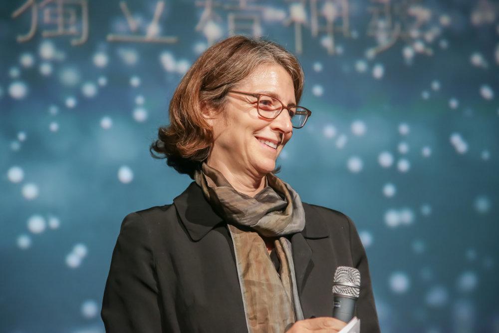 Rebecca Baron 面对观众发表讲话。
